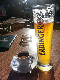 """Gestern Nachmittag: Espressobier in der Sonne (man beachte das """"Kleingedruckte"""" auf dem Weizenglas!!!)"""