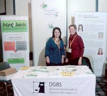 Ilse Coordes (bipolaris) und Barbara Wagenblast (DGBS) am Stand auf der DGPPN-Jahrestagung