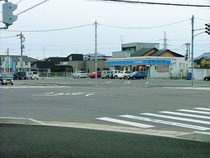 ※近隣の住宅団地を見越して角地にて借地を900坪斡旋車の通りが良いことに常時集客も多いコンビニです。