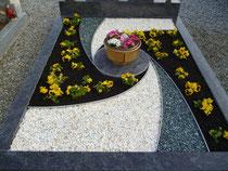 """Doppelgrab mit """"Spiralen-Symbol"""""""