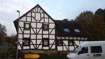 ein von maler warnberg gestrichendes Fachwerkhaus