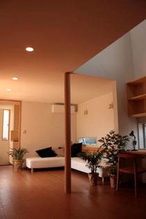 花水木の家(設計/ウチアトリエ) 電熱線埋設式の湿式床暖房。フローリングは湿式床暖房と相性の良いコルクを採用。右上が吹抜。空間の繋がりと共に、暗い1階まで光を落とす。