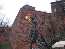 クラクフ 時々火を噴く龍の像