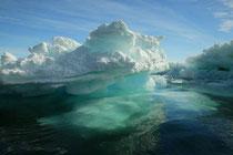 ブルーに輝く南極の氷河