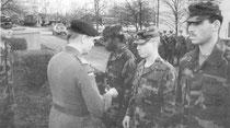 Verleihung von Leistungsabzeichen an Soldaten des 4th of 7th InfBn - Bild: Foto: Archiv PzGrenBtl 362