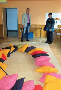 Pfarrer Armin Wehrmann zeigt einer Besucherin den Raum, in dem sich die Kindergruppe regelmäßig trifft.