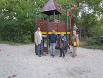 Ortsvorsteher Timo Horst, Stefan Klingler, OV-Vorsitzende Maria Hilberg und Dieter Gleim freuen sich über die Instandsetzung