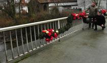 Ortsvorsteher Timo Horst und Rainer Ocker bewundern den Weihnachtsschmuck