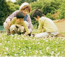 """""""キンダーライム""""はドイツ語で""""童謡""""のこと。子ども時代は、背伸びさせすぎない子どもならではの遊びを大切にしています。"""