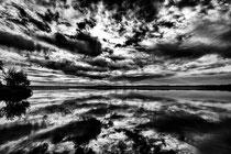 Beau reflet des nuages dans le lac