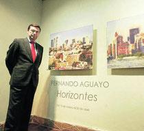 Fernando Aguayo exponiendo en la Galería de Arte Carmen del Campo