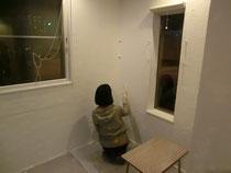 壁塗り中の奥さん