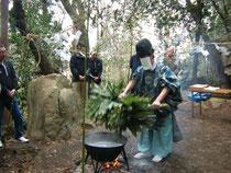 熊笹の束を熱湯へ