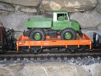 Oranger Güterwagen