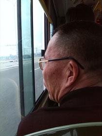 Neulich im Bus (Sept. 2013): Draußen 32 Grad, der Bus hat Klimaanlage. Der nette Herr findet frische Luft aber angenehmer. Er trägt ja auch einen Pullover.