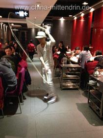 """Kennen Sie die Nudel-Tänzer in den chinesischen """"Haidilao""""-Restaurants? Hier ist einer in einem neu eröffneten Restaurant in Fuzhou, Fujian, zu sehen."""