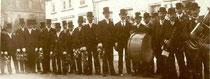 Den Kirmesumzug in Crawinkel aus dem Jahre 1908 zeigt dieses Bild eines unbekannten Fotografen. Die drei Heimatfreunde haben es jetzt neben anderen ersteigert.