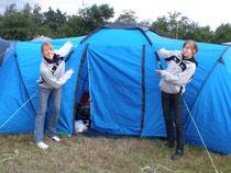 Naddel und Mandy präsentieren unser Zelt auf der DM