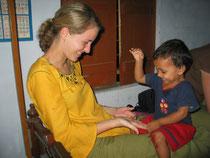 Lotte Kremer mit indischem Kind