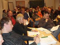 Zwei Abgeordnete in der Diskussion mit Ethiklehrkräften