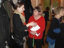 GEW-Vorsitzende Seggelke im Gespräch mit einer rbb-Journalistin