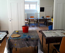Tisch gedeckt mit Pinsel und Farben