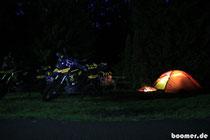 Die Zeltlampe löst das Lagerfeuer ab...
