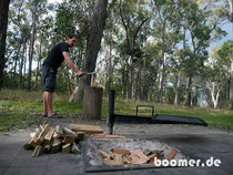 Holz hacken fürs Lagerfeuer im Bushcamp