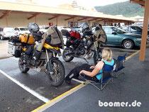 Kein gewöhnlicher Anblick für die Einkaufenden: Mopedfahrer beim Picknick im Regen