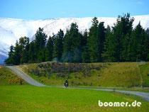 Berge, Schnee und grüne Wiesen