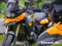 Die Vulkanasche malt täglich neue Muster auf das Moped...