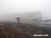 Mount Hotham bei Nebel mitten in einem Radrennen