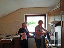 Mama Linda und Gerda in der Küche