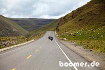 durch grüne Berge geht es weiter nach Puno