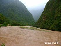 peruanischer Fluss zur Regenzeit