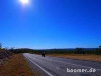 einsamer Mopedfahrer auf dem Savannah Way