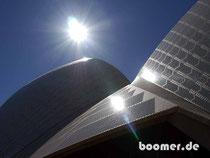 die Oper glitzert im Sonnenlicht