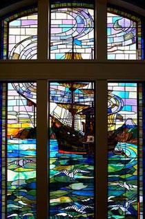 開港記念会館のステンドグラス。会場となるお部屋への階段でご覧いただけます。
