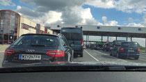 Anstehen an der Grenze zu Rumänien