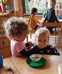 Groß und Klein bereiten das gesunde Frühstück vor