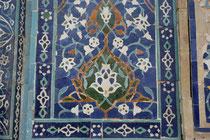 Panneau glaçuré composé de mo'arraqs à la medersa d'Ulugh Beg (XIVème s ap J.C.) de Samarcande (C.Ollagnier, 2008)