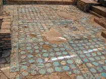 Aperçu d'une partie du pavement de carreaux de céramique glaçurée au pied des pylônes de l'Ak Saray (Shahrisabz, XIII-XIVème s ap J.C.) (Ollagnier, 2007)