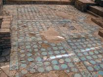 Вид части глазированной керамической плитки у подножья пилона Ак Сарай ( Шахризабс, XIII-XIV век) (Оланье, 2007)