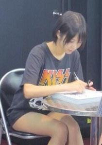 Twitterに掲載されたサイン会の写真画像。Tシャツがイカス。