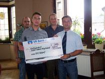 André Rill, Daniel Schneider und Eric Schreiner vom VFC Adorf übergaben den Scheck an Bürgermeister Rico Schmidt (SPD)