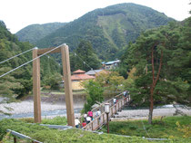 つり橋を渡って温泉へ・・・