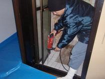 浴室床タイルの目地に穿孔処理