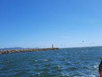 Mole und kite surfer vor viana