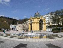 "Marienbad (Mariánské Lázně, CZ), Blick über die ""singende Fontäne"" zur Kolonnade"