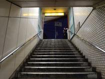 階段に登って出口②が見える